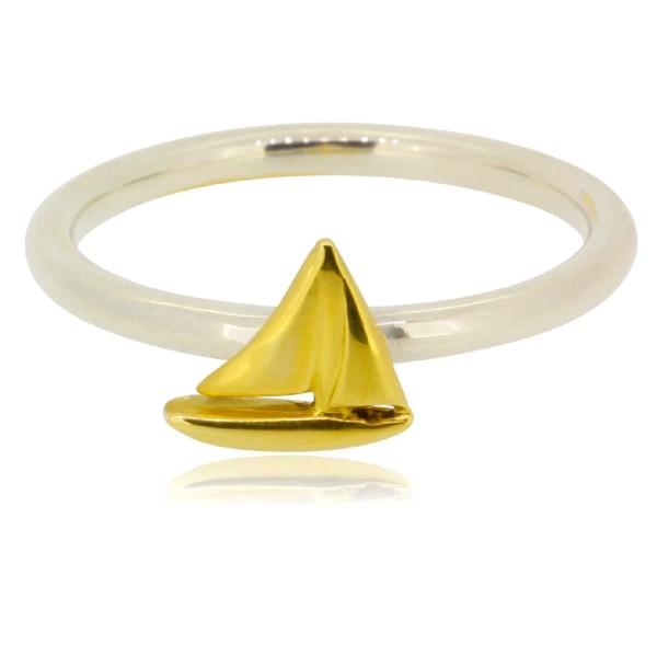 zarter Ring aus Silber mit goldener, kleiner Segelyacht fuer Liebhaber des Maritimen