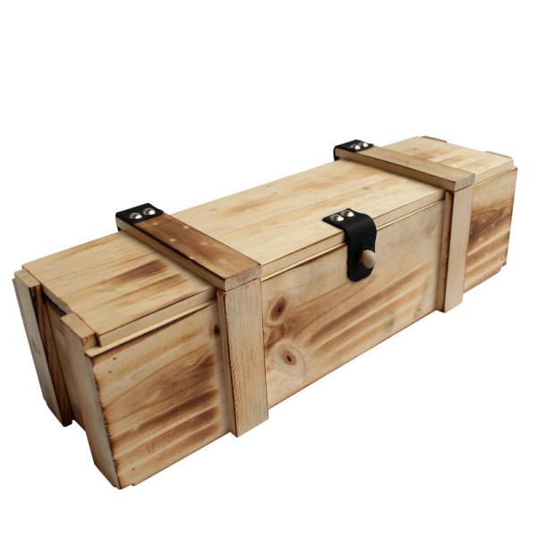 kleine Holzkiste mit Strohwolle als Schatzkiste