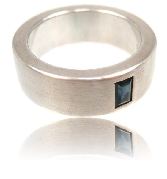 Laessiger Silberring mit einem eckigen Saphir - eleganter Ring für Maenner, denen ihr Style wichtig ist.