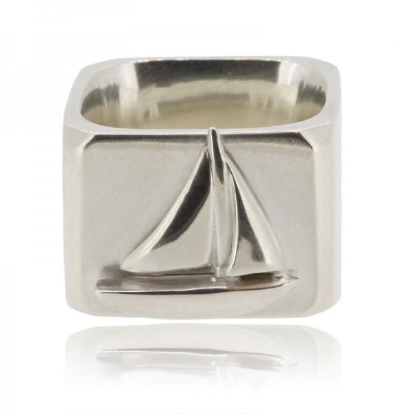 Stylischer Ring aus Silber mit Segelschiff für deinen maritimen Style handgemacht in Deutschland